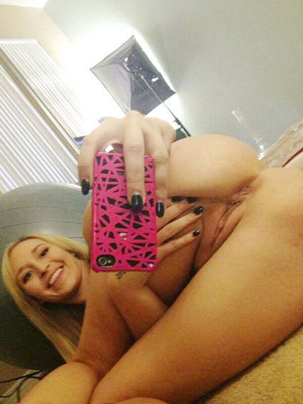 blonde chatte épilée d' amour au telephone rose